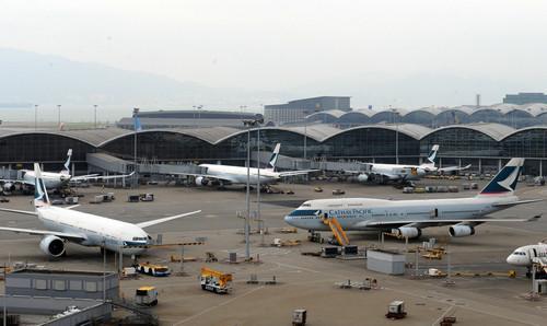 资料图片:停靠在香港国际机场的国泰航机。新华社记者 黄本强 摄