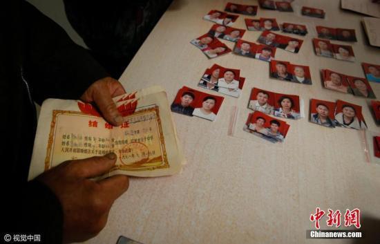 资料图:离婚登记处桌子上摆着结婚照