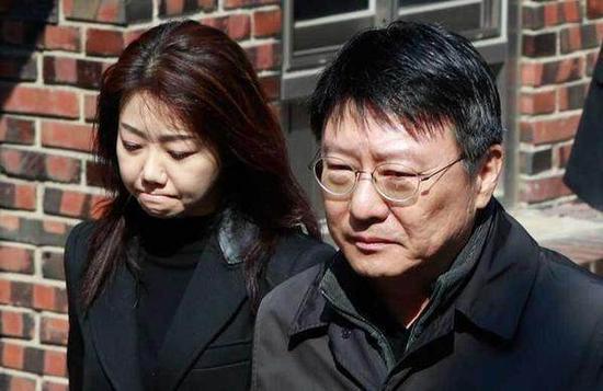 3月30日,朴槿惠弟弟与弟媳看望即将受审的朴槿惠
