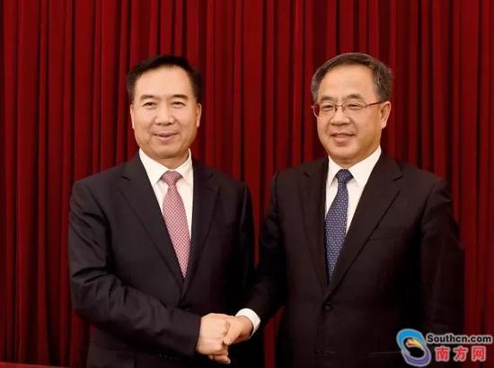 胡春华同志和李希同志在全省领导干部会议上亲切握手