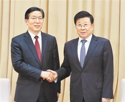 10月28日,省委在石家庄召开全省领导干部会议。这是会后赵克志同志和王东峰同志亲切握手。记者 郭 昭摄