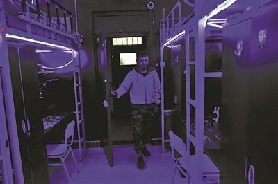 一推门,宿舍灯就自动亮起