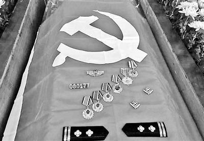 遗体告别仪式上,棺椁上摆满奖章