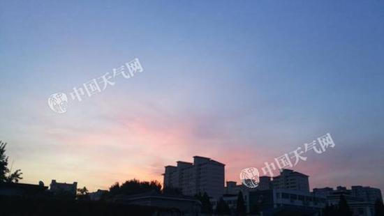 今晨,北京天空湛蓝,西方呈现粉色余晖。张辉 摄