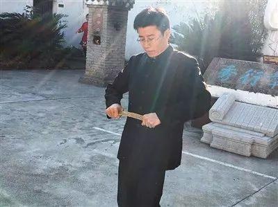 昨日,豫章书院执行山长吴军豹在朋友圈表示,彻底停用戒尺管教。图为一名老师将戒尺折断。微信截图