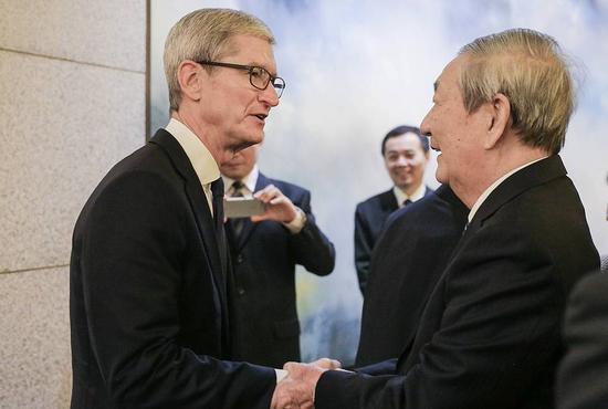 朱镕基与清华经管学院顾问委员会委员、苹果公司首席执行官蒂姆•库克(Tim Cook)亲切握手交谈