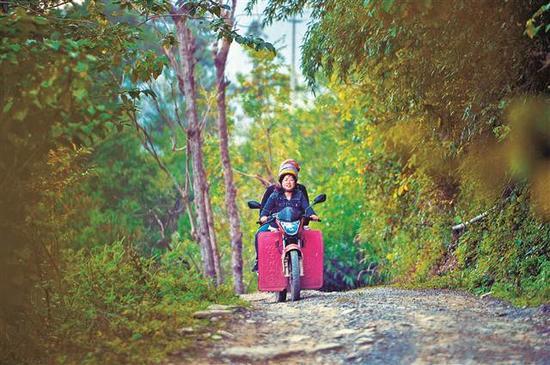 为了方便工作,4年前严克美学会了骑摩托车。