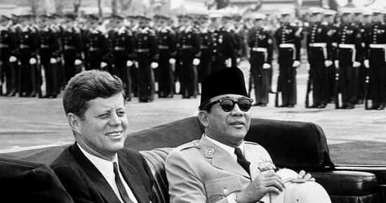 ▲资料图片:1961年,印尼总统苏加诺和美国总统肯尼迪在美国。(《纽约时报》网站)