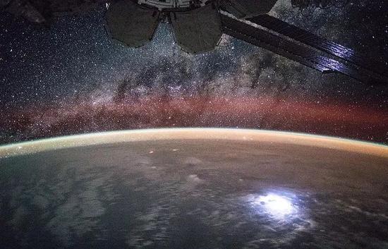▲国际空间站上的太阳能电池(路透社)