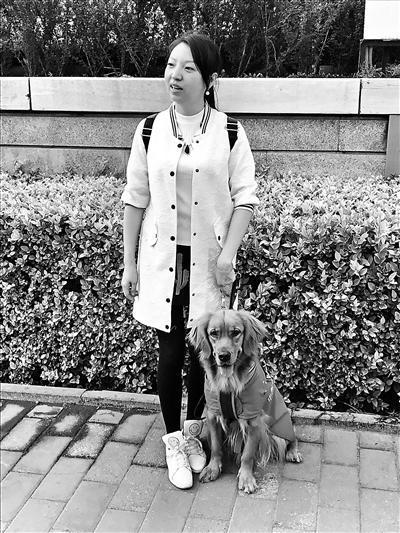 徐女士和她的导盲犬在一起