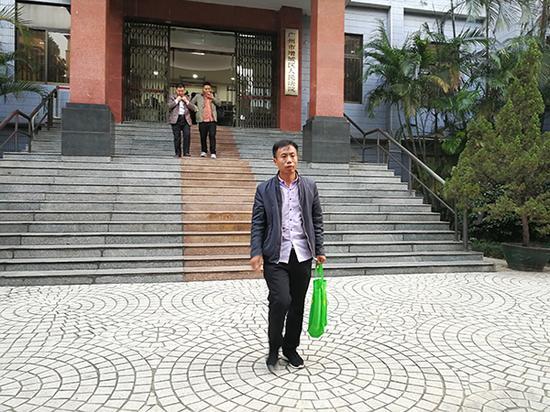 11月2日庭审结束后,申军良走出法庭。 澎湃新闻记者 朱远祥 图