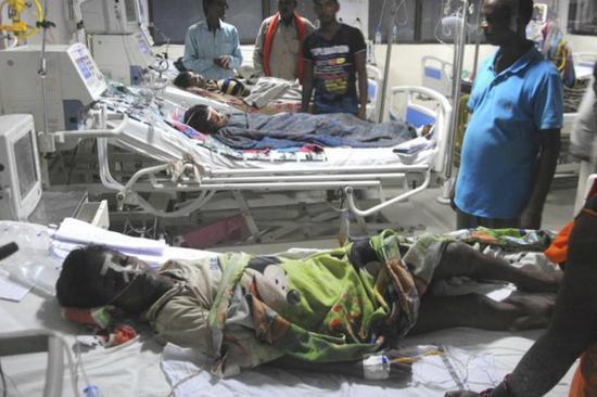 """</div> <p>  印度北部城市戈勒克布尔(Gorakhpur)一家名为巴巴</p> <p>  据《印度斯坦时报》网站消息,印度一名医学系主任证实了这一消息,他还指出,在死亡的儿童中,有15名出生不足1个月的婴儿,其余15名儿童中的6人死于脑炎,其余9人则死于不同原因。</p> <p>  巴巴</p> <p>  在接二连三发生儿童离奇死亡事件后,印度北方邦政府着手调查医院与供应商之间的供氧合同事宜。多个反对党呼吁北方邦首席部长阿迪蒂亚纳特、辛格等官员引咎辞职。反对党国大党成员阿扎德说:""""北方邦政府对此事负有全部责任,邦首席部长、邦卫生部长等官员应该引咎辞职,而不是让医生们背黑锅。""""(海外网 李萌)</p>         <p class="""