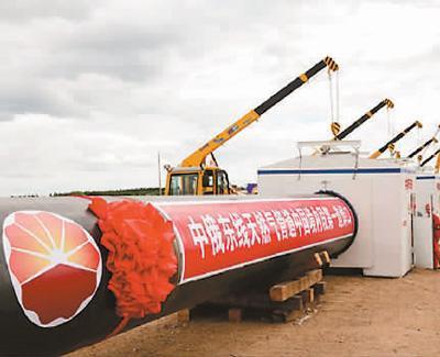 图为中俄东线天然气管道中国境内段在黑龙江省黑河市开工铺设(2015年6月29日摄)。新华社发