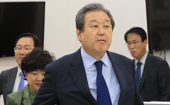 "9 </div> <p>  &nbsp;据韩联社消息,韩国在野党正党9名议员6日上午召开记者会,发表合并声明,宣布集体退党,并计划9日加入同属保守阵营的自由韩国党。</p> <p>  自由韩国党和正党都是从原执政党新国家党分裂而来。2016年时任总统朴槿惠""亲信干政门""爆发后,新国家党内一些不满朴槿惠的""反朴派""议员宣布退党,自立门户建立正党。</p> <p>  近期,自由韩国党和正党传出欲合并的消息。正党方面提出,要实现合并,一大前提是自由韩国党""清理门户"",将朴槿惠及其盟友逐出该党。11月3日,自由韩国党召开最高委员会会议,决定开除朴槿惠党籍。自由韩国党由此完成与朴槿惠的彻底""切割"",也为与保守党派正党的合并扫清主要障碍。</p> <p>  韩媒认为,两党讨论合并,背后有两大原因。一是文在寅政府不断深挖前总统李明博和朴槿惠执政时期的""黑幕"",引发保守派阵营不满;二是韩国将于明年举行地方选举,这场选举被视为文在寅执政以来的关键之战,两党欲联手对执政党共同民主党发起""阻击战""。两党一旦完成合并,文在寅所在的执政党共同民主党将失去国会第一大党的地位。(编译/海外网 刘强)</p>         <p class="