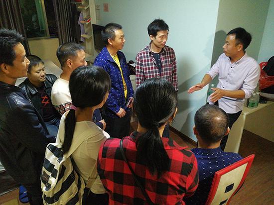 11月2日晚,申军良和其他被拐孩子家属讨论寻子路线。澎湃新闻记者 朱远祥 图
