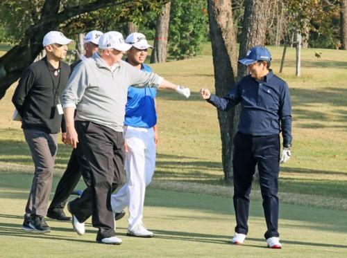 特朗普与安倍晋三一同打高尔夫。