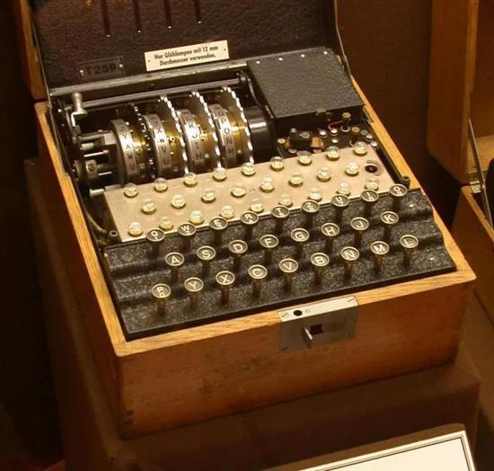 ▲这是一台T型恩尼格玛密码机,它由K型改装而来。(维基百科)