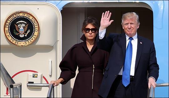 7日,特朗普夫妇抵达韩国乌山空军基地