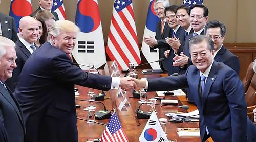 7日,韩国青瓦台,特朗普与文在寅握手