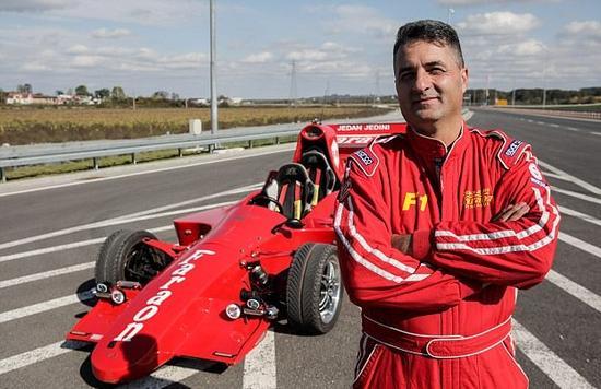 机械师花两年自造方程式赛车 时速可达100英里
