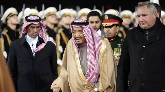 ▲资料图片:2017年5月10日,沙特国王萨勒曼抵达莫斯科,检阅俄罗斯仪仗队。(美联社)