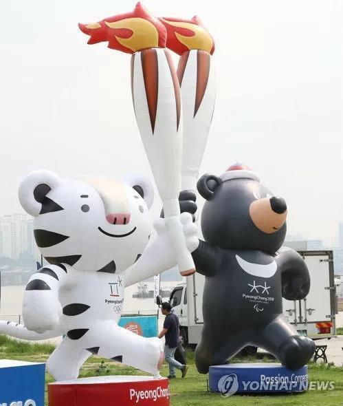 ▲今年7月,2018年平昌冬奥会宣传馆落户首尔一公园内。图为公园里的冬奥会吉祥物白老虎和亚洲黑熊雕塑。(韩联社)
