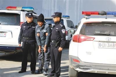 11月5日,四川金川县警方从青海将潜逃10年的犯罪嫌疑人带回四川。金川县警方供图