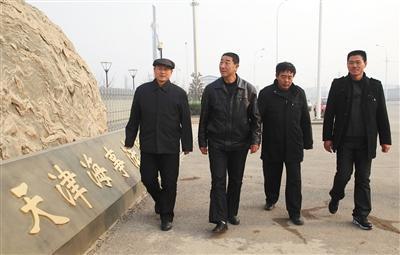 12011年12月13日,天津,几位向康菲中国索赔的渔民代表走出天津海事法院。当年6月,康菲石油中国有限公司和中国海洋石油总公司合作开发的渤海中南部蓬莱19-3油田发生溢油事故。图/视觉中国
