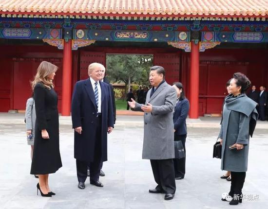 11月8日下午,国家主席习近平和夫人彭丽媛在北京故宫博物院迎接来华进行国事访问的美国总统特朗普和夫人梅拉尼娅。两国元首夫妇在宝蕴楼简短茶叙。新华社记者 谢环驰 摄