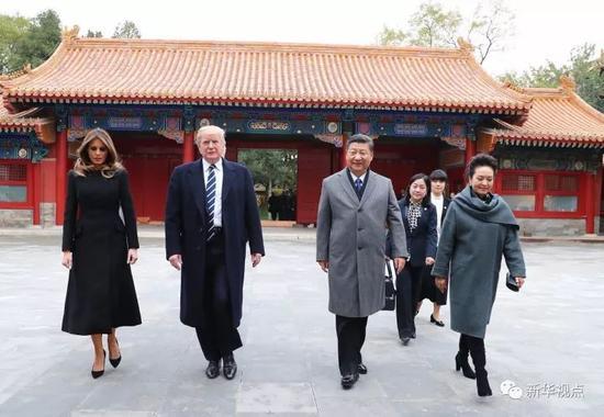 11月8日下午,国家主席习近平和夫人彭丽媛在北京故宫博物院迎接来华进行国事访问的美国总统特朗普和夫人梅拉尼娅。两国元首夫妇在宝蕴楼简短茶叙。 新华社记者 谢环驰 摄