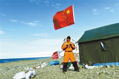 恩科斯堡岛上,科考队员正在工作。本文图片由张翼摄