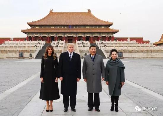 国家主席习近平和夫人彭丽媛8日下午与来华进行国事访问的美国总统特朗普和夫人梅拉尼娅共同参观故宫前三殿。新华社记者 谢环驰 摄