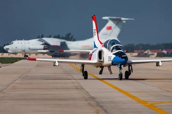 中国空军教-8强击机。杨盼 摄