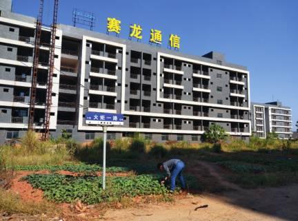 2017年11月,江西省共青城工业新区内的赛龙新厂区宿舍楼。该楼于2011年开工建设,在 2013年左右彻底停工,至今一直是烂尾工程。 摄影/毛翊君