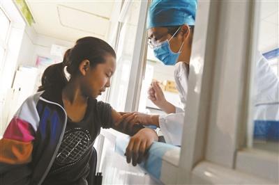 雯雯接种了本市首针HPV疫苗 拍照/本报记者 胃