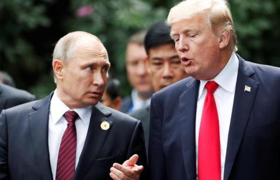 11月11日,普京与特朗普在合影期间再次进行了交流。