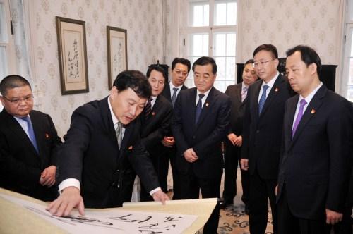 张庆伟等观赏反动首领观察黑龙江留念馆内文物,一同回想党跟国度引导人对黑龙江省的亲热关心。