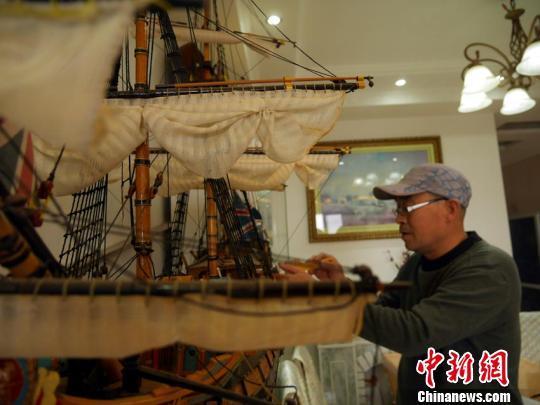 赵金龙用几年的时间制作了10余艘战船。 苍雁 摄