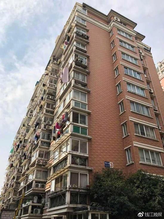 这幢楼一共15楼,出事的孩子一家租住在14楼,这是一梯两户的结构,一百多平方,三室两厅。目前该房间已经被贴了封条。