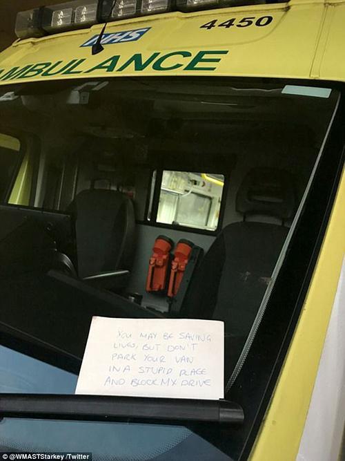 """英国伯明翰一辆救护车因抢救一名严重内出血的病人,不得已将车停在路边,却收到""""挡我路了""""字样的警告字条。"""