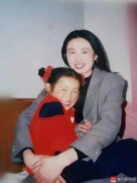 ▲小时候的江歌与母亲的合影。