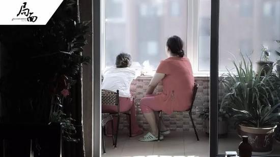 ▲视频采访结束后,母亲陪刘鑫平复情绪