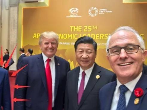 你们可别小看了这半个肩膀,这可是属于本届APEC大会主办国越南的国家领导人的!
