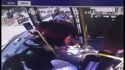傅老先生正要上公交车(视频截图)。