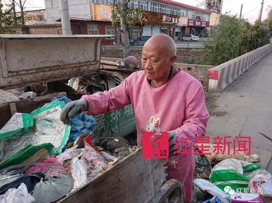 ▲清理垃圾的李遂正 图片来源:红星新闻