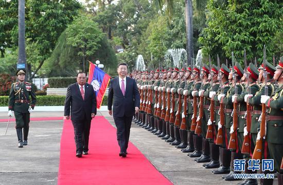 11月13日,中共中央总书记、国家主席习近平在万象国家主席府同老挝人民革命党中央委员会总书记、国家主席本扬举行会谈。这是会谈前,本扬在主席府广场为习近平举行隆重欢迎仪式。 新华社记者 马占成 摄