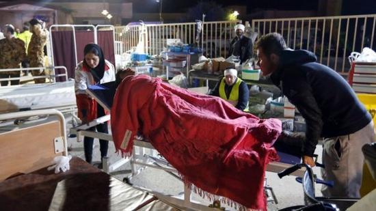 图为当地医疗中心为幸存者提供救助。(图片来源:英国BBC网站)