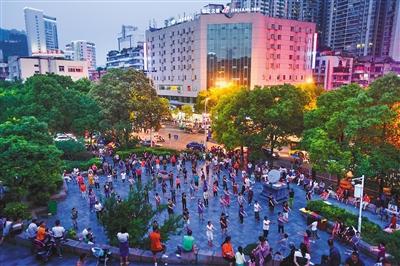 2017年6月2日,广场舞爱好者在贵阳市老东门广场跳舞。广场舞健身活动场地不足的问题在各地都普遍存在。图/视觉中国