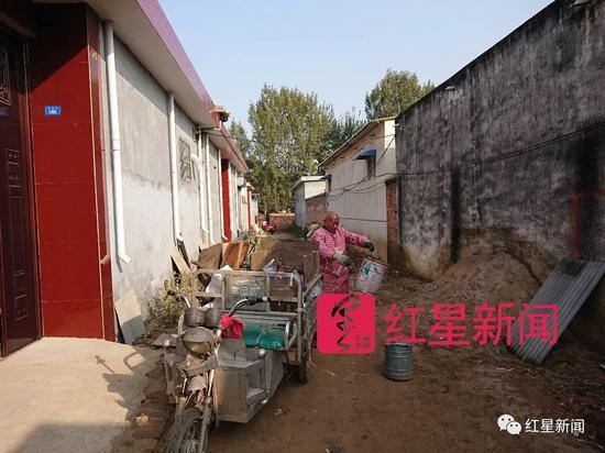 ▲李遂正在村里收垃圾 图片来源:红星新闻
