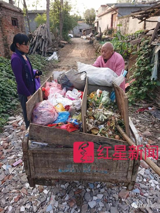 ▲陈立雯和李遂正在交谈,李遂正的垃圾车分隔成三个区域,前方为可以回收卖钱的可回收物,后排左侧为不可沤垃圾,右侧为可沤的厨余垃圾  图片来源:红星新闻